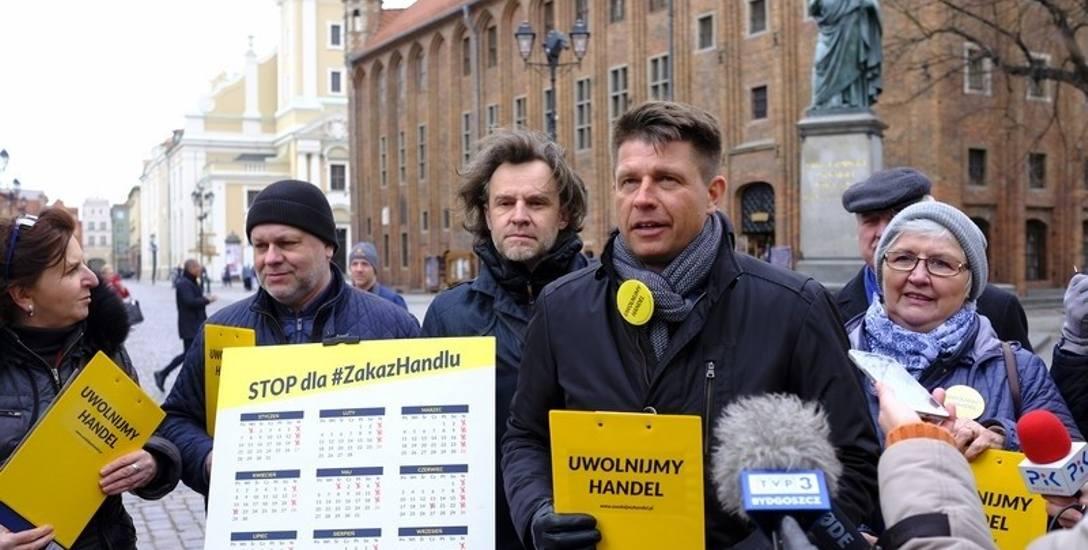 """Ryszard Petru i przedstawiciele partii Teraz! zbierali we wtorek w Toruniu podpisy pod projektem """"Uwolnijmy handel"""""""