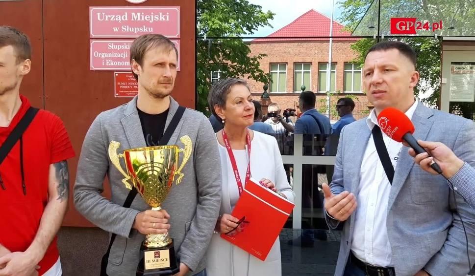 Film do artykułu: Koszykarze Czarnych spotkali się w poniedziałek z prezydentem Słupska, aby wspólnie cieszyć się z sukcesu