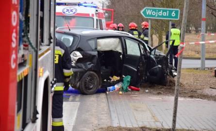 Do wypadku doszło około godz. 13.00 w Pakości na ul. Barcińskiej na drodze wojewódzkiej nr 251. Zderzyły się trzy pojazdy: osobowa toyota, ciężarowa