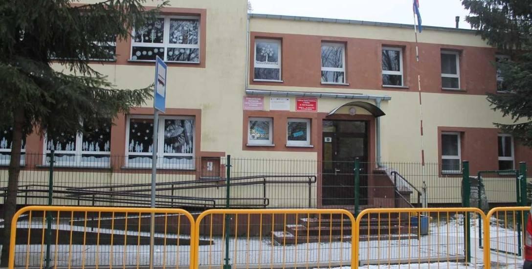 W gminie są trzy szkoły; w Parlinie (na zdjęciu), Starej Dąbrowie i Chlebówku. W każdej jest niepełna liczba szkolnych oddziałów