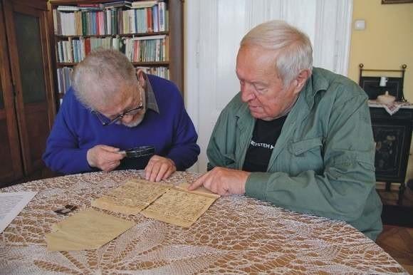 Grypsy z getta trafią do specjalistów, którzy je odpowiednio zabezpieczą. Na zdjęciu od lewej Leszek Włodek i Jan Hołówka