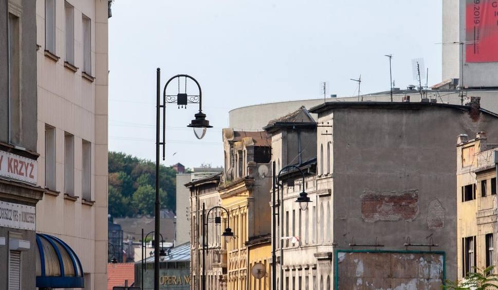 Film do artykułu: Nie naprawią lamp, dopóki miasto nie dogada się z operatorem