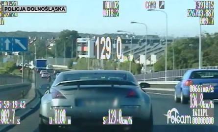 Pędził 129 km/h po Wrocławiu. Kierowca stracił prawo jazdy (FILM)