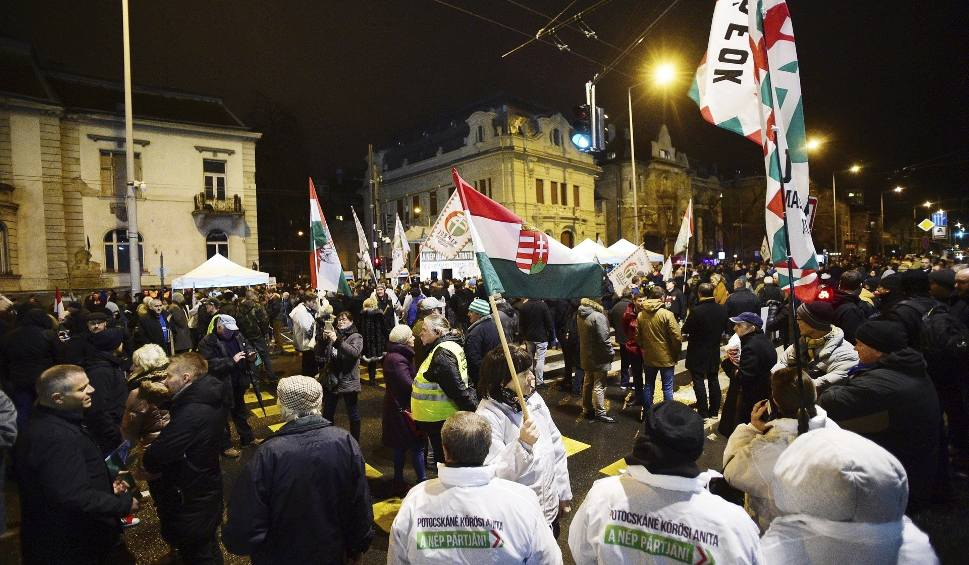 Film do artykułu: Węgry: Manifestacja poparcia dla partii Jobbik. Ugrupowanie zostało ukarane przez Państwową Izbę Kontroli