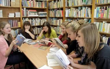 Obecnie w szkołach realizuje się wiele programów, które mają zachęcić uczniów do czytania. Poloniści obawiają się, że nowy kanon lektur może przynieść