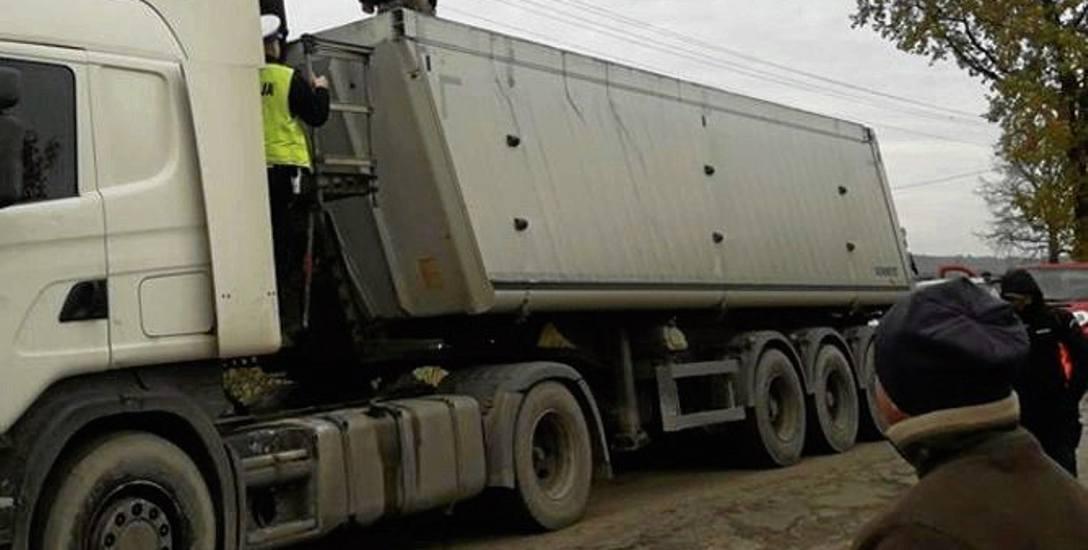 Zarówno na ciężarówce, jak i w żwirowni inspektorzy WIOŚ znaleźli niedozwolony rodzaj odpadów