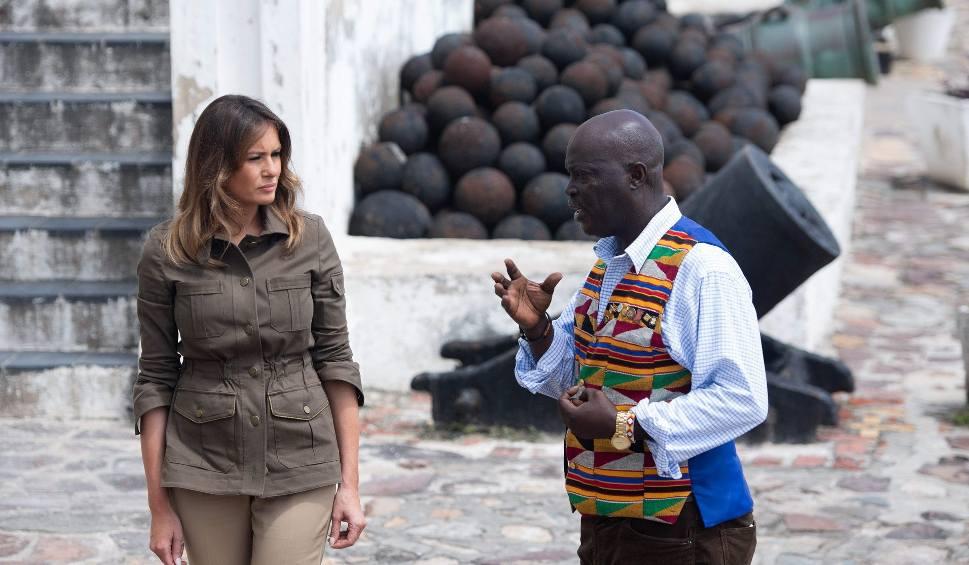 Film do artykułu: Melania Trump w swej pierwszej oficjalnej wizycie zagranicznej odwiedziła miejsce, z którego wysyłano niewolników do Ameryki