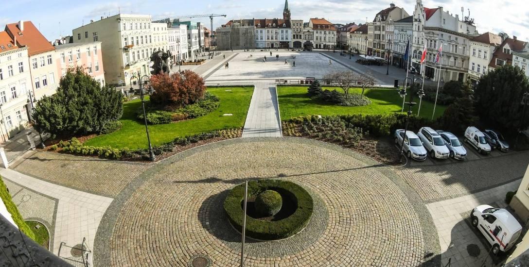 Władze miasta spełniły prośbę mieszkańców, stary Rynek dostępny jest przede wszystkim pieszym. Od miesięcy tej decyzji sprzeciwia się strona kościelna