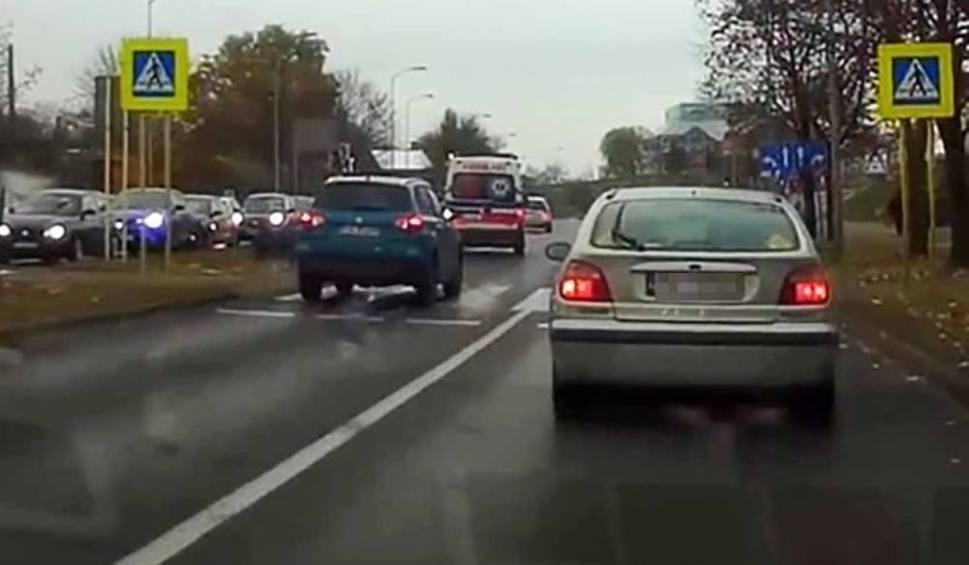 Film do artykułu: Niebezpieczne zdarzenie na pasach w Zielonej Górze. Kierowcy o mało nie potrącili pieszych [FILM CZYTELNIKA]