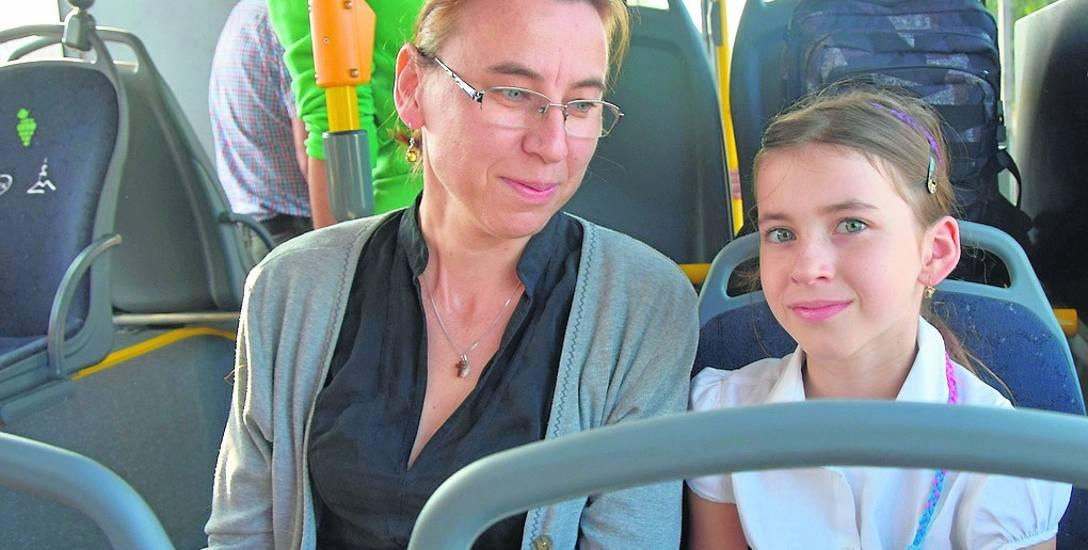 Anna Kaczmarczyk-Iwanicka z córką Ulą jadą pierwszym kursem pierwszego autobusu na prąd
