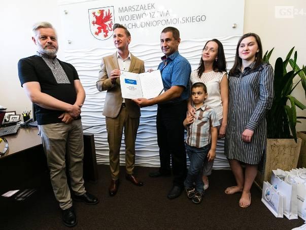 Kierowca z Ukrainy, który ratował ludzi po wypadku na A6, uhonorowany przez marszałka
