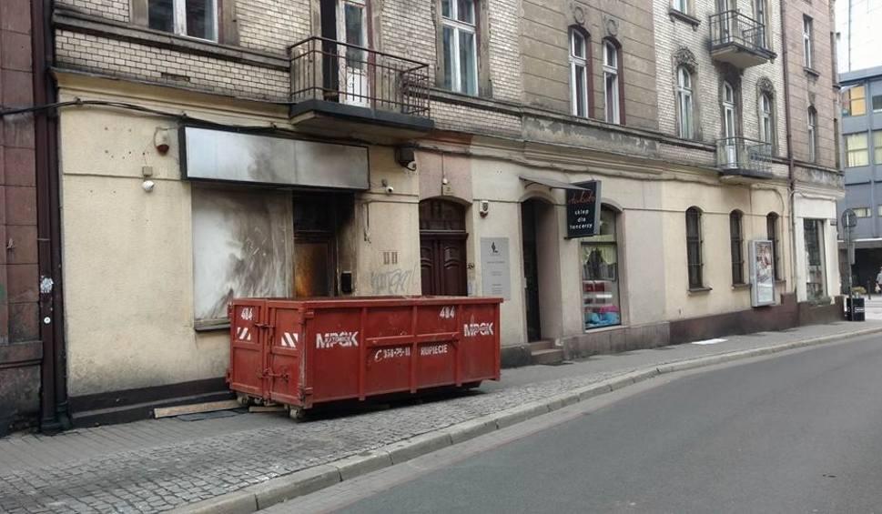 Film do artykułu: Sklep z dopalaczami przy ul. Plebiscytowej w Katowicach zabarykadowany. Ogromny kontener blokuje wej