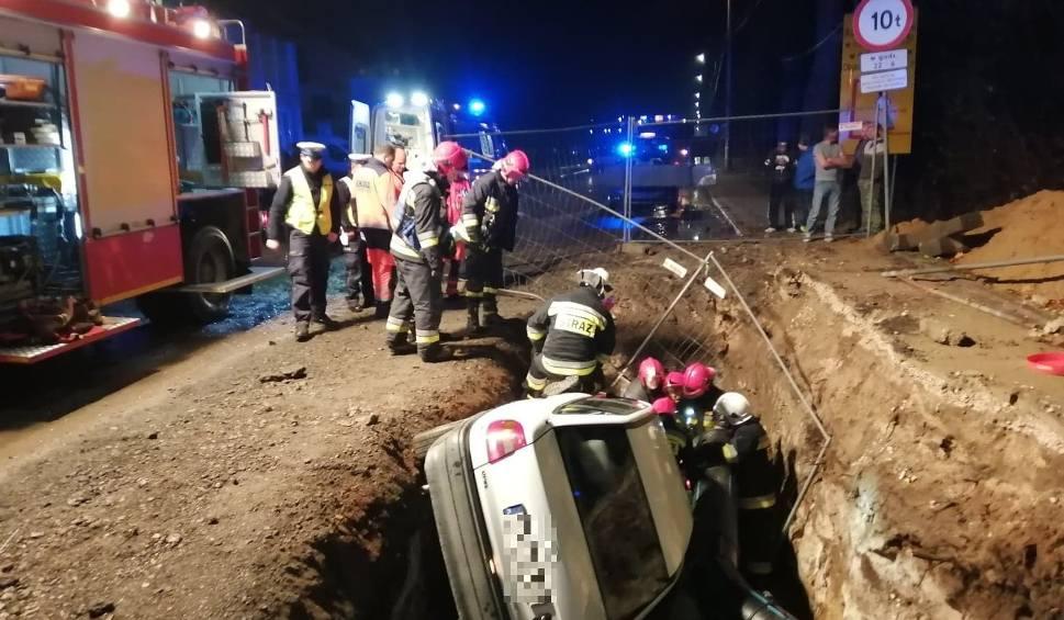 Film do artykułu: Samochód osobowy spadł do wykopu w Suchedniowie. Kierowca z promilami