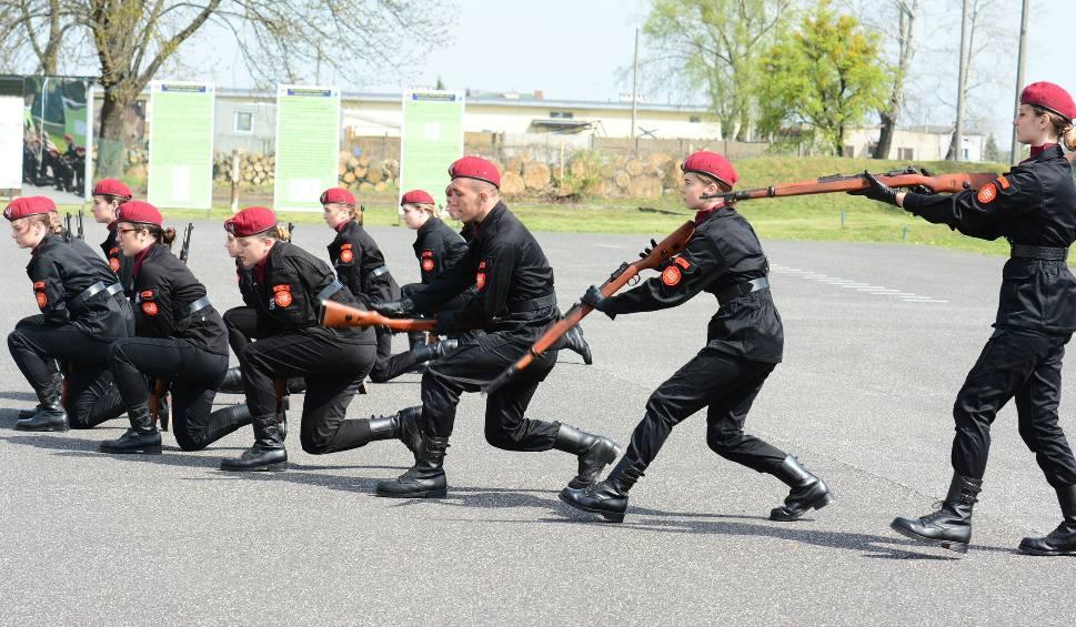 Film do artykułu: Radom. Uczniowie klas mundurowych maszerowali w konkursie zorganizowanym w bazie lotniczej