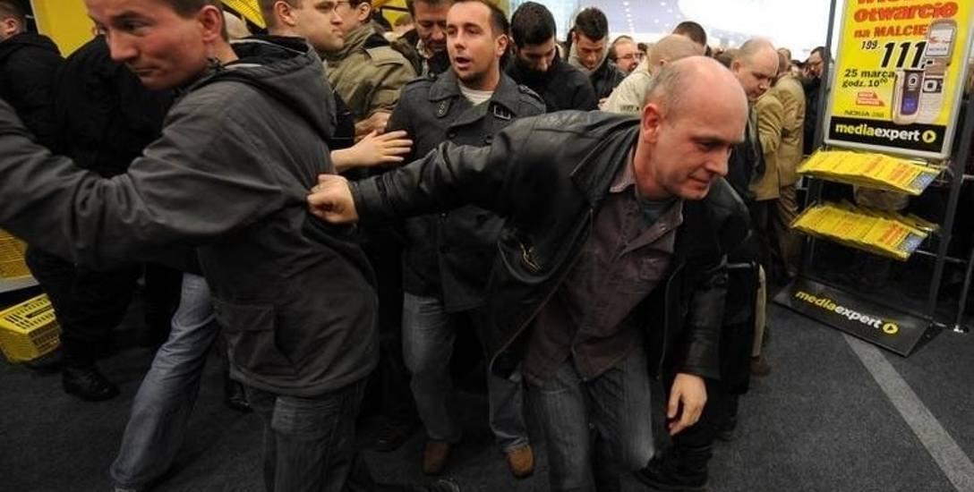 Otwarcia centrów handlowych w Poznaniu: Krzyk tłumu, zablokowane ulice i ogromne promocje. Telewizory wynoszono pod pachami