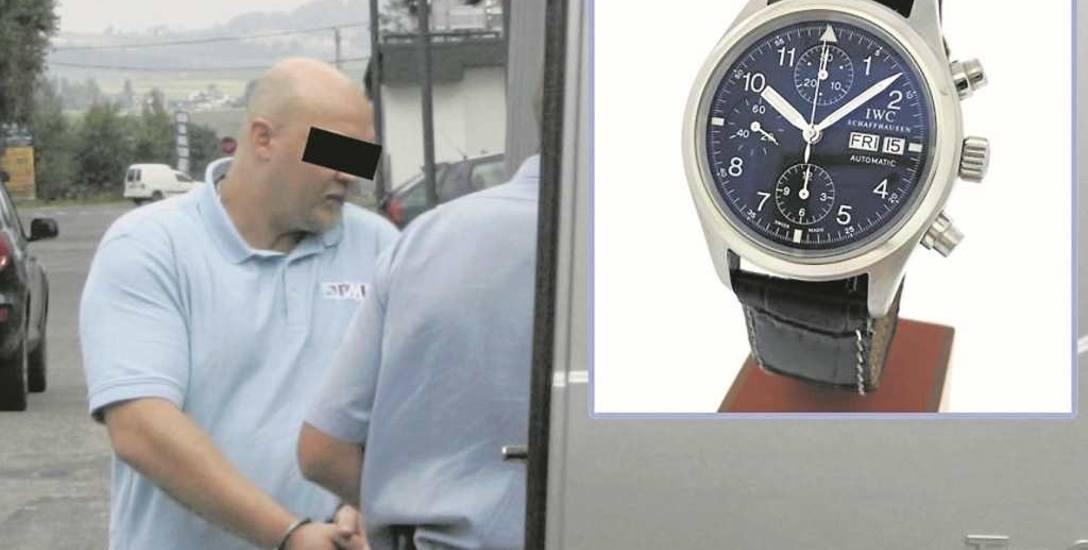 Oskarżony Dominik W., który był członkiem szajki włamywaczy. Na zdjęciu z  prawej strony skradziony zegarek IWC Schaffhausen, który  miał wartość 123