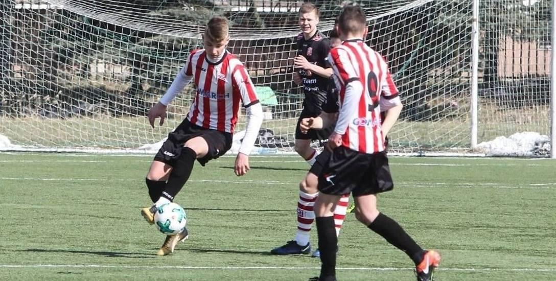 Tomasz Bała przy piłce w meczu CLJ U17 Resovia - Cracovia (3:1). Ma za sobą również debiut w CLJ U19.