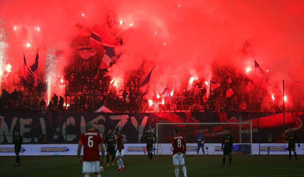 Film do artykułu: Wiele rac odpalonych na stadionie Wisły Kraków. Sędzia przerwał mecz