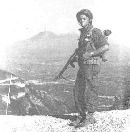 Ranger Lehmann z papierosem w zębach na tle wulkanu. - Na pierwszym planie dymi Wezuwiusz, ja dymię na pierwszym planie - napisał pod fotografią