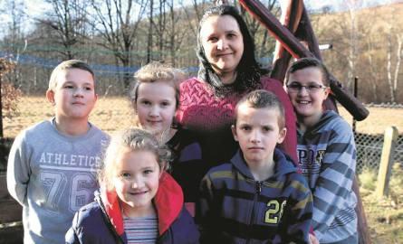 Z czternastką dzieci uciekła  do Domu Samotnej Matki.  Teraz marzą o własnym