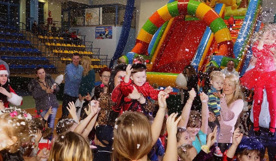 Film do artykułu: XVII Kazimierski Bal Karnawałowy dla dzieci. Świetna zabawa połączona z wyborami króla i królowej (ZDJĘCIA)