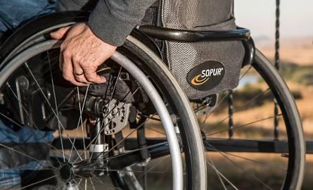 500 plus dla niepełnosprawnych - pierwsze czytanie w Sejmie Kryterium dochodowe oburza rodziny osób niepełnosprawnych, protestowały w Sejmie