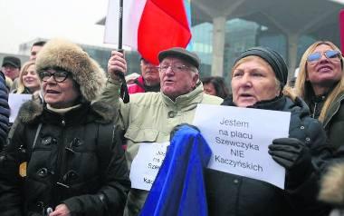 """Protestujący na placu Szewczyka trzymali w rękach kartki z napisem """"Jestem na placu Szewczyka NIE Kaczyńskich"""