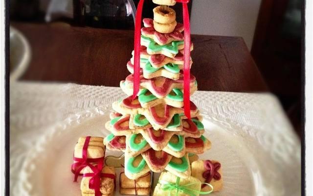 Świąteczne wypieki wprowadzą do domu świąteczne zapachy. Co więcej nie tylko dekorują, ale i smakują. Choinka z kruchych ciastek w kształcie gwiazdek