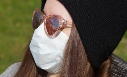 W Polsce nakaz zakrywania nosa i ust w przestrzeni publicznej obowiązuje od 16 kwietnia. Można zakrywać je częścią garderoby np. chustą lub maseczką