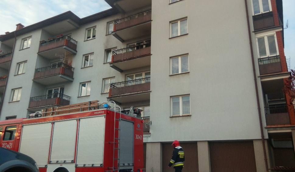 Film do artykułu: Pożar w mieszkaniu przy Piekoszowskiej w Kielcach. Strażacy w akcji