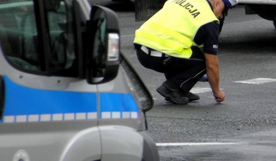 Film do artykułu: Gmina Policzna. Wypadek na krajowej 12 w Florianowie. Busem jechał za blisko ciężarówki i uderzył w jej tył. Troje rannych
