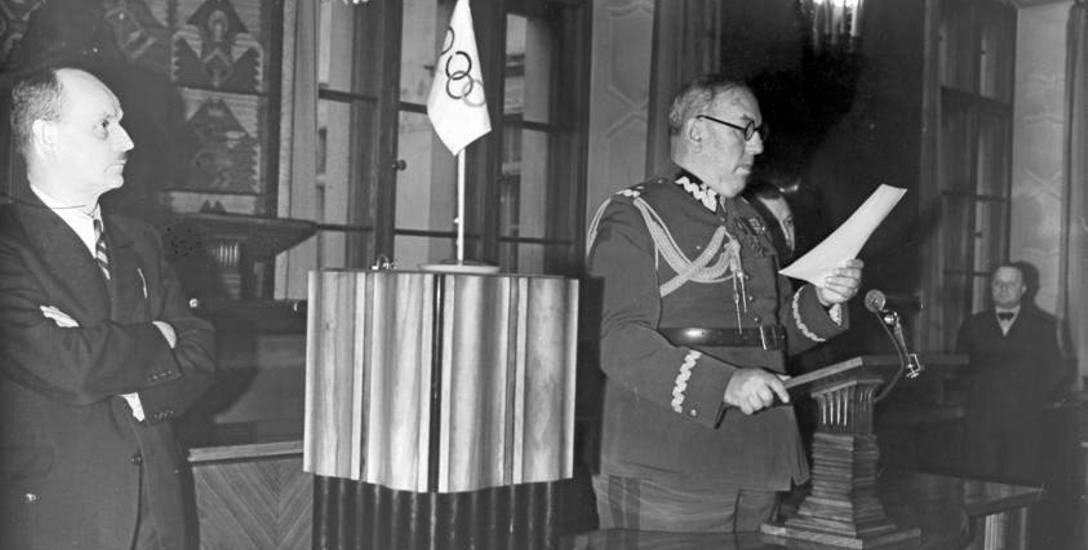 Gen. Mond przemawia na uroczystości ślubowania olimpijczyków. Z lewej wiceprezydent Krakowa Stanisław Klimecki