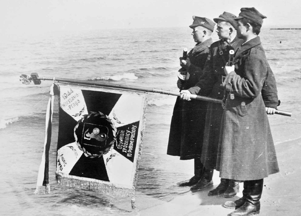 Pierwsi żołnierze 1. Armii Wojska Polskiego stanęli nad morzem w Grzybowie