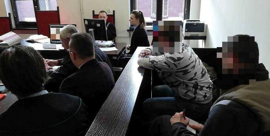Oskarżeni policjanci, Bartłomiej K. i Patryk B. nie przyznają się do zarzucanych im czynów. Odmawiają składania wyjaśnień.
