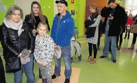 Barbara Słota  (pierwsza z lewej) czekała  od samego rana, by zapisać swoją 8-letnią córkę na półkolonie