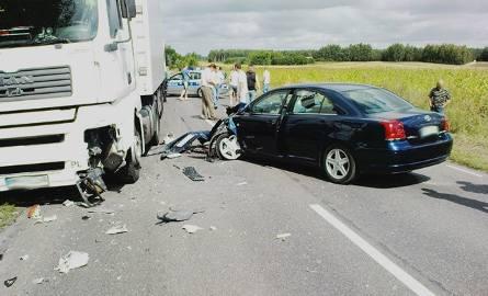 Proboszcz zasłabł za kierownicą! Jego samochód uderzył w nadjeżdżającą ciężarówkę… Obejrzyj zdjęcia