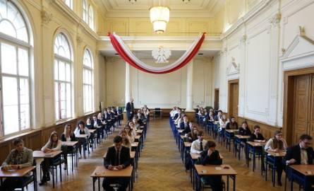 Ubiegłoroczna matura w IV Liceum Ogólnokształcącym w Łodzi. Tu popularność angielskiego nie dziwi szczególnie, ponieważ szkoła prowadzi nawet klasy dwujęzyczne