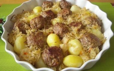 Zapiekanka z kapustą kiszoną, klopsami i ziemniakami.