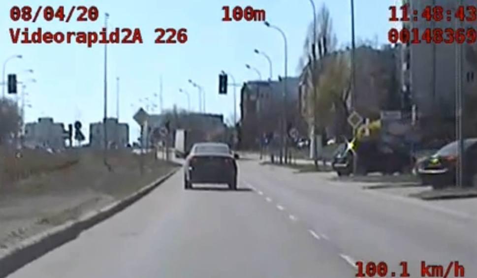 Film do artykułu: Białystok. Kierowca lexusa przekroczył dozwoloną prędkość o ponad 60 km/h. Do tego miał zakaz prowadzenia pojazdów [ZDJĘCIA, WIDEO]
