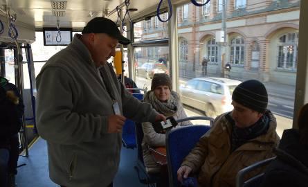Bójka w tramwaju linii 8. Dwaj bracia pobili kontrolera biletów, bo jeden z nich jechał na gapę