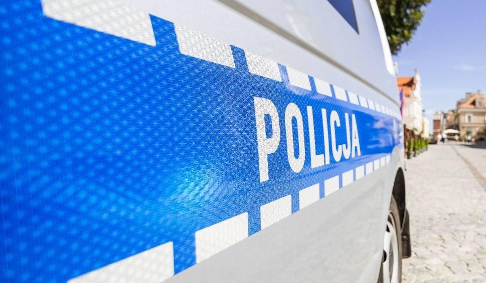Film do artykułu: Pieszo próbował uciec policjantom z Ożarowa, ale mu się nie udało, bo miał dwa promile