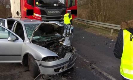Dramatyczne skutki wypadku w Dylewie. Samochód osobowy zderzył się z tirem. Kierowca skody nie żyje