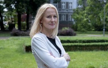 Karolina Witkowska ma 46 lat. Z wykształcenia jest politologiem. Męża poznała dzięki polityce, bowiem aktywnie działała w Federacji Młodych Unii Pracy.