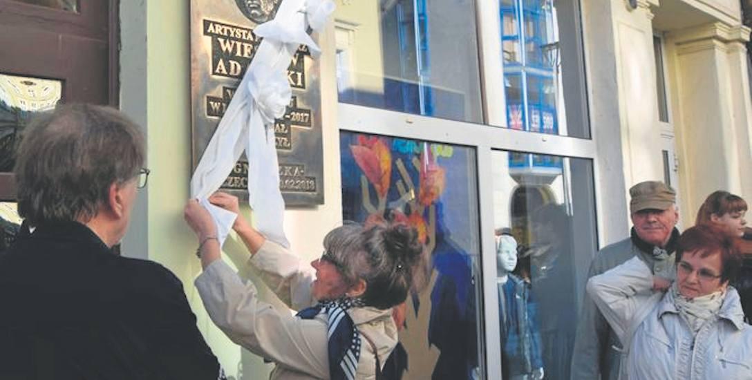 Agnieszka Thomassen odsłania tablicę poświęconą Wiesławowi Adamskiemu, szczecineckiemu rzeźbiarzowi