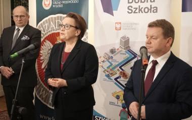 Minister Zalewska odjechała. Teraz reformy pilnują wojewoda Zbigniew Rau (z lewej) i kurator Grzegorz Wierzchowski.