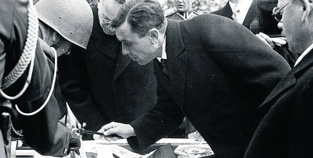 Prezydent Mieczysław Kaplicki (w środku) podczas ceremonii wręczenia sztandarów oddzialom artylerii OK Krakowskiego i Przemyskiego