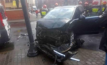 Do zderzenia dwóch pojazdów doszło dwa kwadranse temu na skrzyżowaniu ulic Sobieskiego i Warszawskiej w Bydgoszczy. Jedna z osób badana jest na miejscu