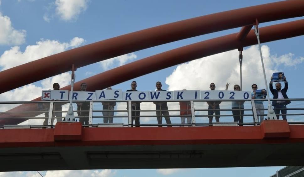 Film do artykułu: Finał kampanii Rafała Trzaskowskiego na... moście. Kierowcy trąbili na znak poparcia (ZDJĘCIA)