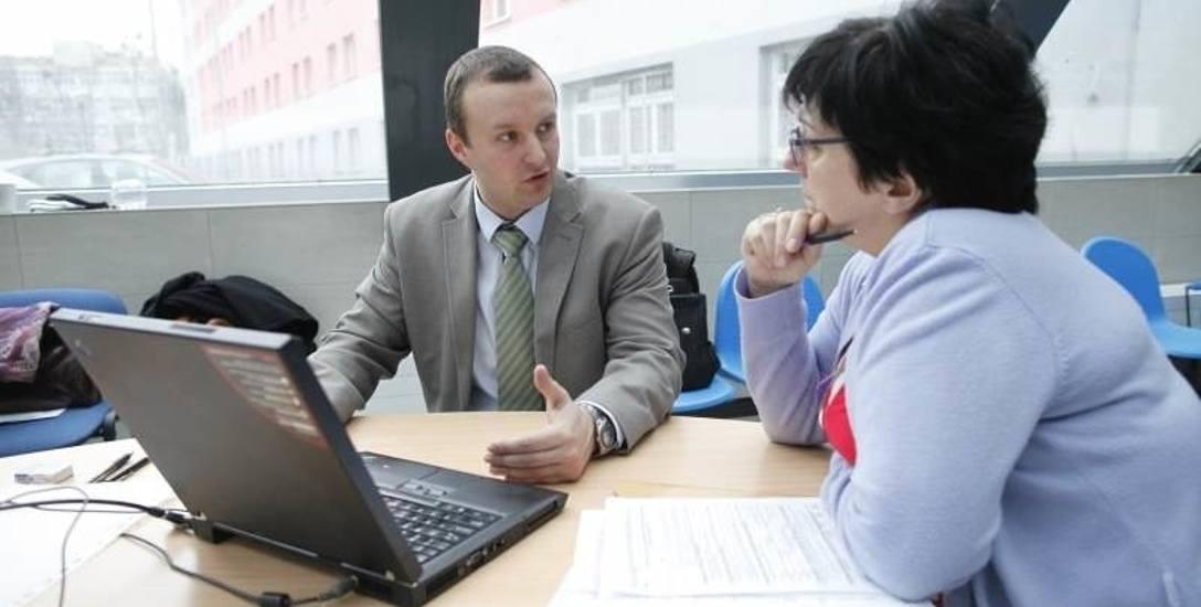 W minionych latach pracownicy urzędów skarbowych organizowali specjalne dyżury, w czasie których pomagali podatnikom w wypełnieniu zeznań online.