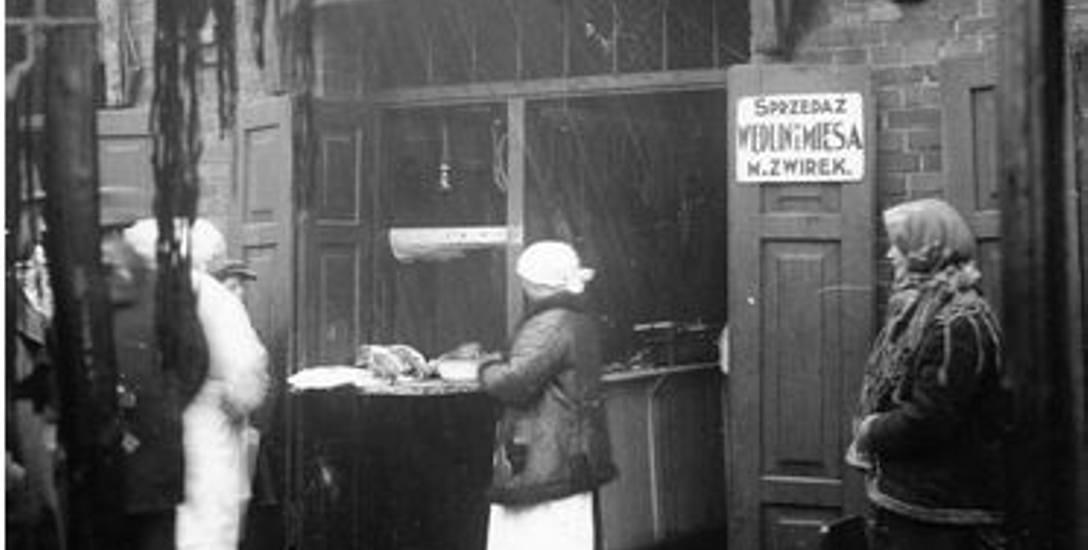 Widok zewnętrzny sklepu rzeźniczego Mariana Żwirka mieszczącego się w halach targowych na przedmieściach Sosnowca